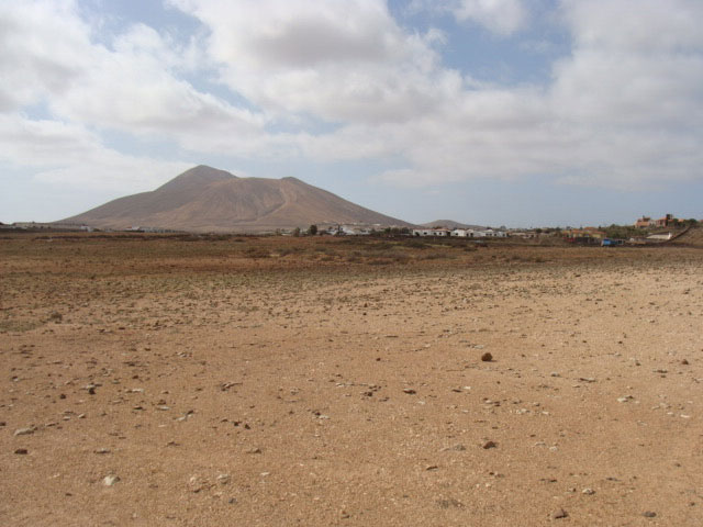 We sell urban plots of 2.500m2 with magnificent views to the sea and the mountains at Villaverde on Fuerteventura