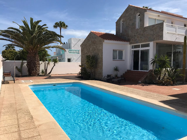For sale! Beautiful semi-detached house with pool in one of the best locations of Corralejo