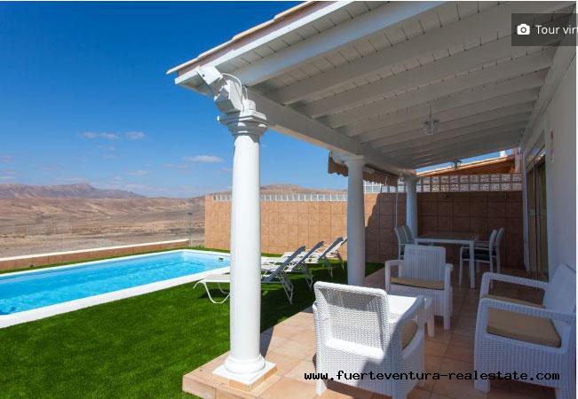 Im Verkauf! Eine schöne Villa mit Pool, Meerblick und Blick zum Golfplatz von Caleta de Fustes