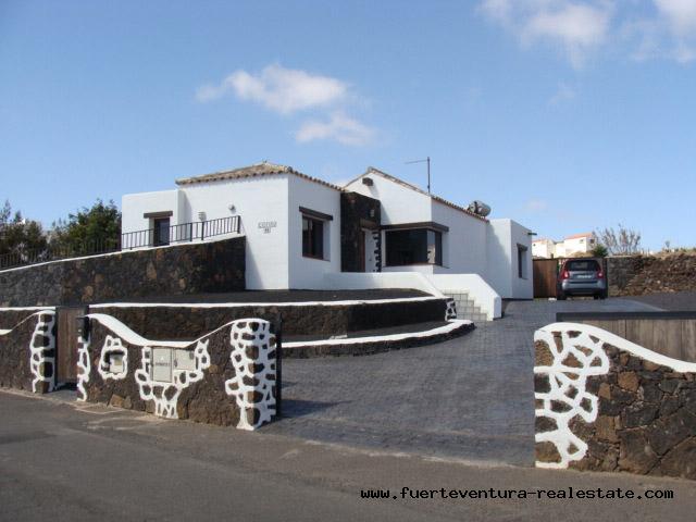 Im Verkauf! Neubau Villa mit phantastischen Ausblick im Dorf von Villaverde, Fuerteventura