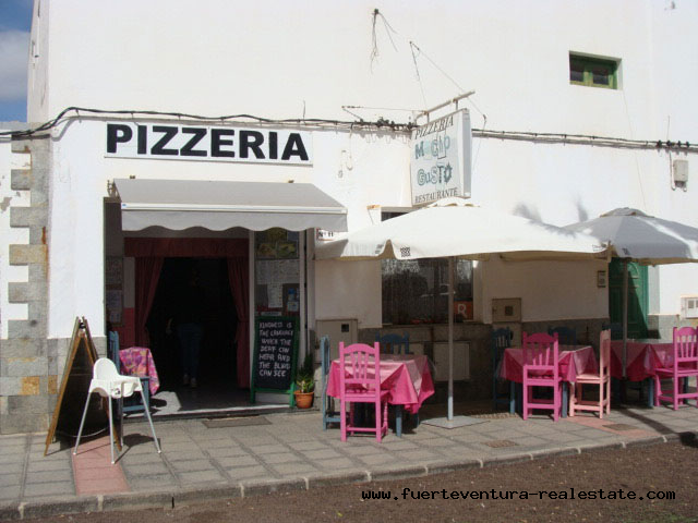 To lease! A pizzeria in a privileged location and very well established in the village of La Oliva