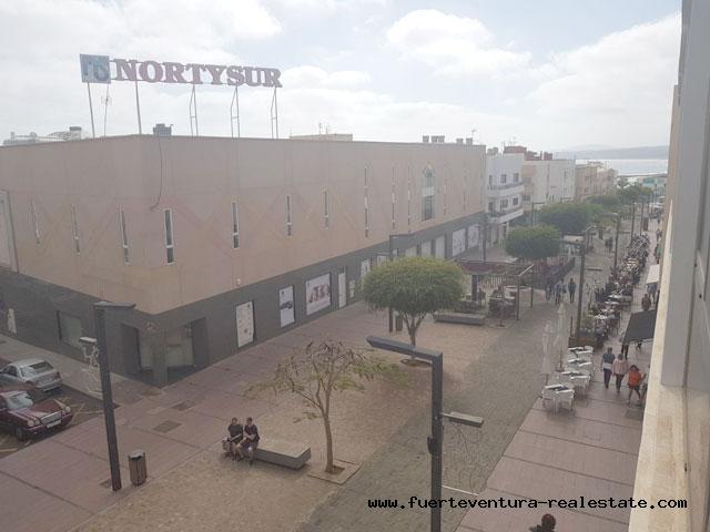 Wij verkopen of verhuren een groot commercieel gebouw in Puerto del Rosario - Fuerteventura