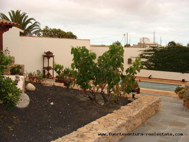À vendre! Grande maison au village de Los Estancos avec une vue magnifique.