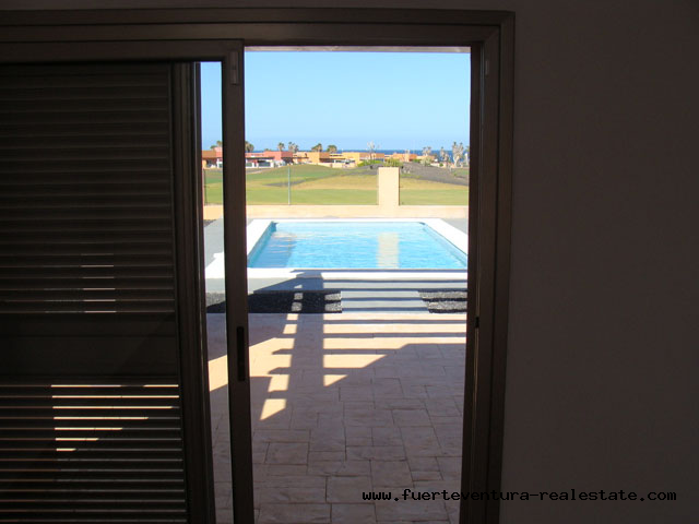A beautiful villa with pool directly on the golf course with unobstructed sea views is sold on the golf course Las Salinas in Caleta de Fustes.
