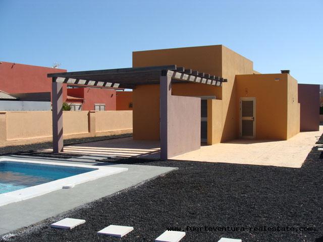 Een prachtige villa met zwembad direct aan de golfbaan met onbelemmerd uitzicht op zee wordt verkocht op de golfbaan Las Salinas in Caleta de Fustes.