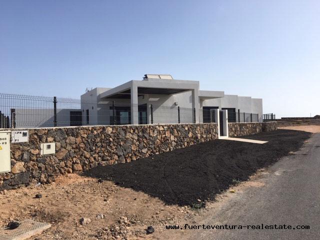 À vendre! Villas modernes récemment construites avec piscine dans le village dEl Roque près dEl Cotillo
