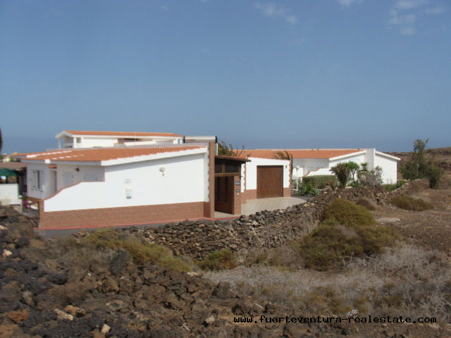 We sell a beautiful villa with adjoining guest apartment in El Roque with sea views
