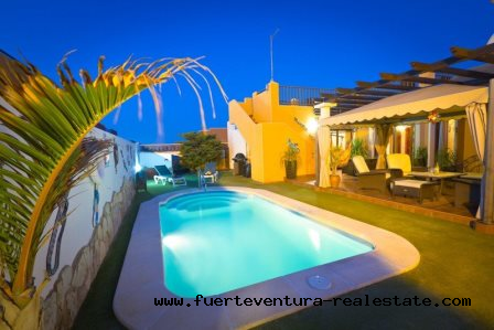 For sale ! Beautiful independent luxury villa not far from the center of Corralejo.