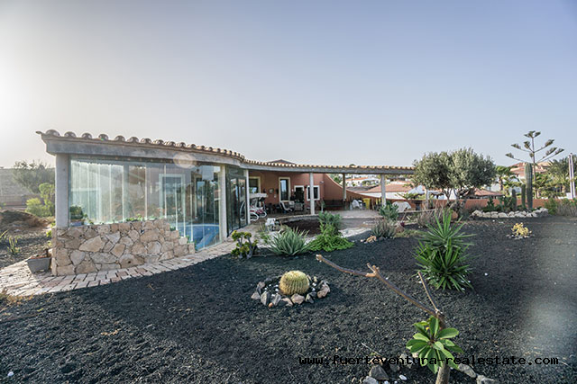 We sell a spectacular villa with pool & jacuzzi in Parque Holandes on Fuerteventura