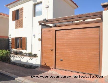 A vendre! Belle maison jumelée entièrement meublée et piscine commune dans le quartier résidentiel de Pueblo Canario au Tamaragua.