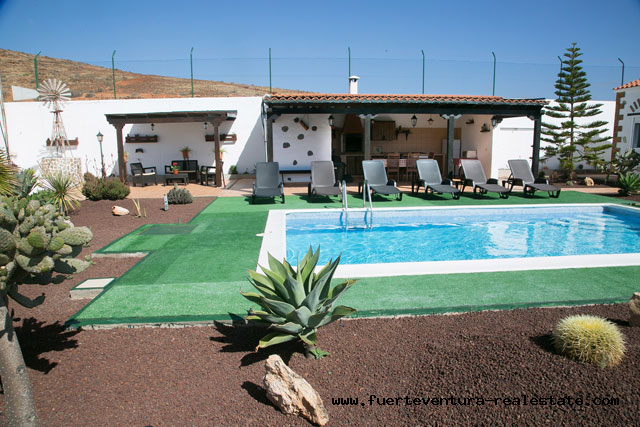 For sale! A typical Canarian country house with views of the Agua de Bueyes valley.