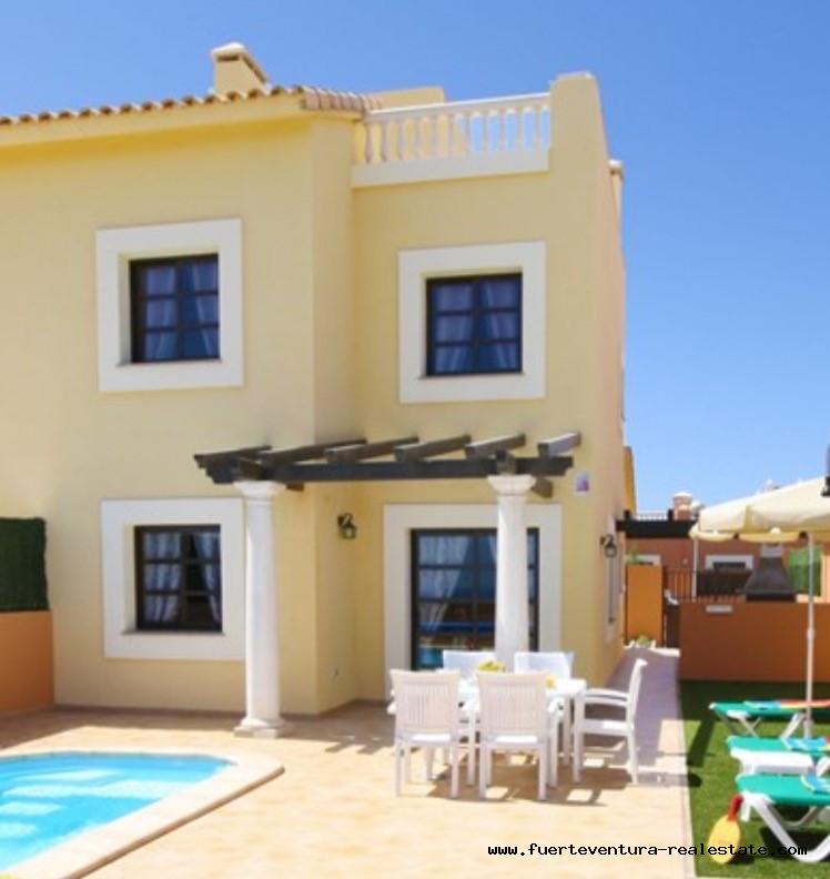 Te koop! Mooi rijenhuis met zwembad in het natuurpark van Corralejo