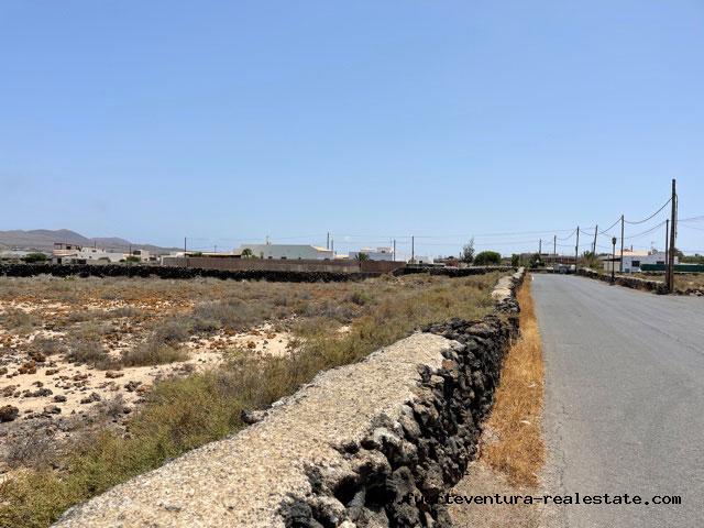 Wir verkaufen eine bebaubare Parzelle von 1.006 m2 in Lajares Fuerteventura