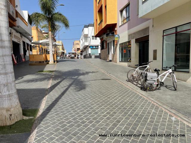 Nous vendons un grand local commercial dans la zone piétonne de Corralejo