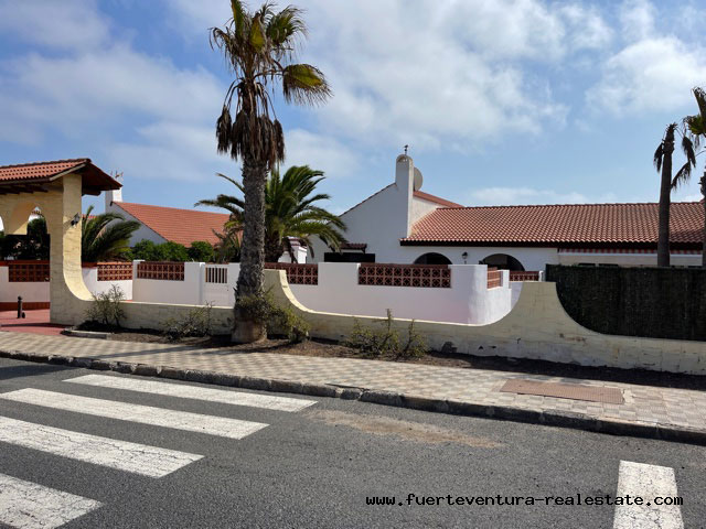 A pretty bungalow with communal pool is being sold in Parque Holandes on Fuerteventura